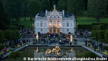 """25/08/2015 +++ Schloss Linderhof, König-Ludwig-Nacht zur Feier des 170. Geburtstages König Ludwigs II. von Bayern am 25.07.2015. Zur Feier der 173. Wiederkehr des Geburtstages König Ludwigs II. von Bayern veranstaltet die Schloss- und Gartenverwaltung Linderhof auch in diesem Jahr am Samstag, den 25. August 2018 eine """"König-Ludwig-Nacht"""". Thema des diesjährigen Abends ist """"Wald und Gebirg', die Kulisse für einen Königstraum"""" in Anlehnung an die im Kloster Ettal stattfindende Landesausstellung. Quelle: https://www.schloesser.bayern.de/deutsch/presse/presse/bilder/linderhof/koenig-ludwig-nacht/Linderhof_Koenig-Ludwig-Nacht_DI008634.jpg"""