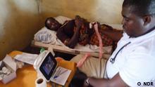 Ghana Arzt bei Patientenuntersuchung