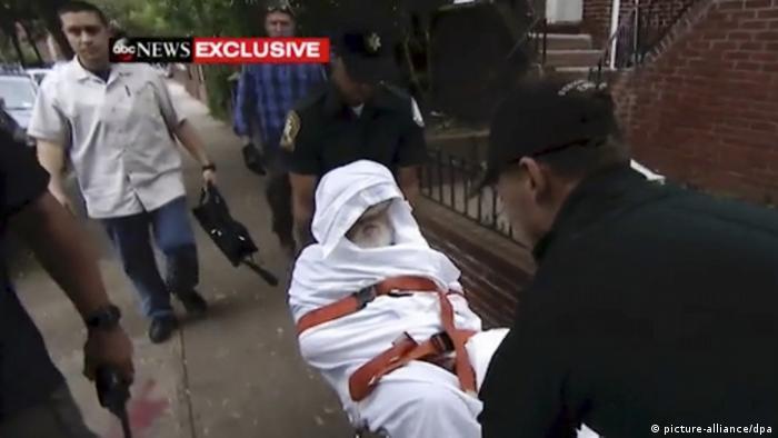 Jakiv Palij es transportado en una camilla en el barrio de Queens, Nueva York. (20.08.2018).