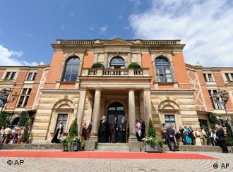 Besucher und Schaulustige vor dem Festspielhaus in Bayreuth (Foto: AP Photo/Christof Stache)