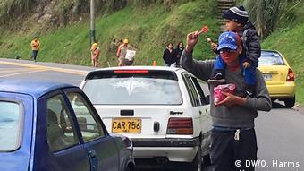 Migranti iz Venezuele prodaju slatkiše uz cestu