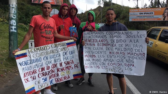 Jackssel Mujica i njegovi zemljaci drže natpise na kojima pojašnjavaju svoju situaciju i prose u Kolumbiji