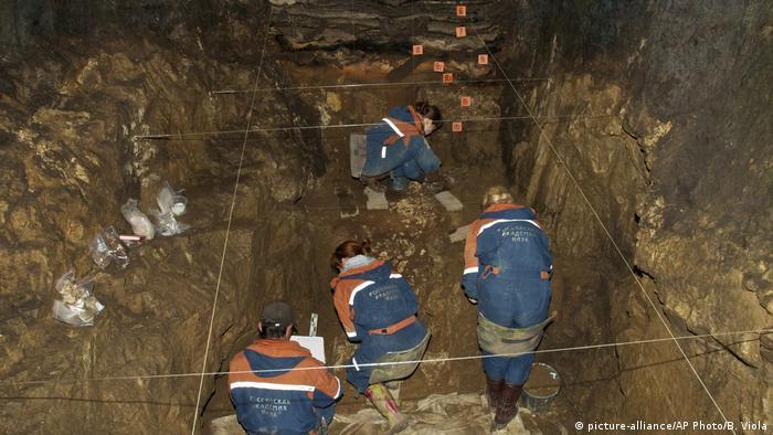 Caverna na Sibéria onde foi encontrado o fragmento de osso que comprovou o cruzamento entre neandertal e dnisovan