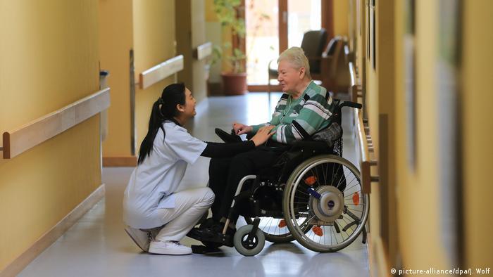 În Germania lipsesc 35.000 de îngijitori medicali (picture-alliance/dpa/J. Wolf)