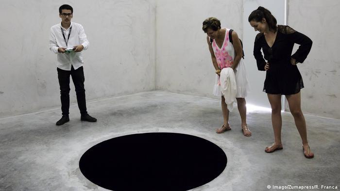 seorang pria jatuh ke dalam sebuah lubang seni di museum