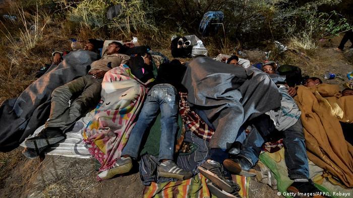Flüchtlinge aus Venezuela übernachten am Mittwoch an einer Straße nach Peru