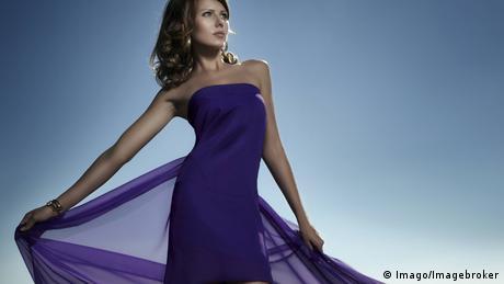 eine Frau in einem lila Kleid