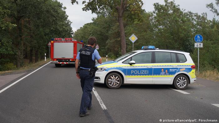 A police car and fire engine at a road closing (picture-alliance/dpa/C. Pörschmann)