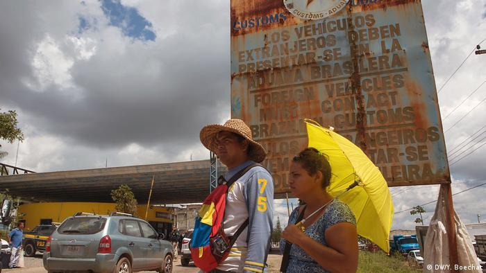 Migrantes venezuelanos na fronteira com a cidade fronteiriça de Pacaraima