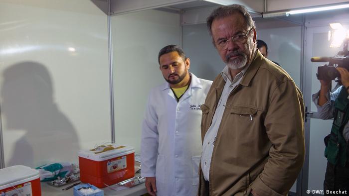 O ministro Raul Jungmann em visita ao centro de acolhida aos imigrantes em Pacaraima
