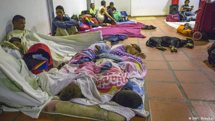 Famílias de imigrantes venezuelanos dormem em locais improvisados próximo à fronteira