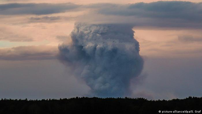 A far-off plume of smoke from the Brandenburg fire (picture-alliance/dpa/P. Zinken)