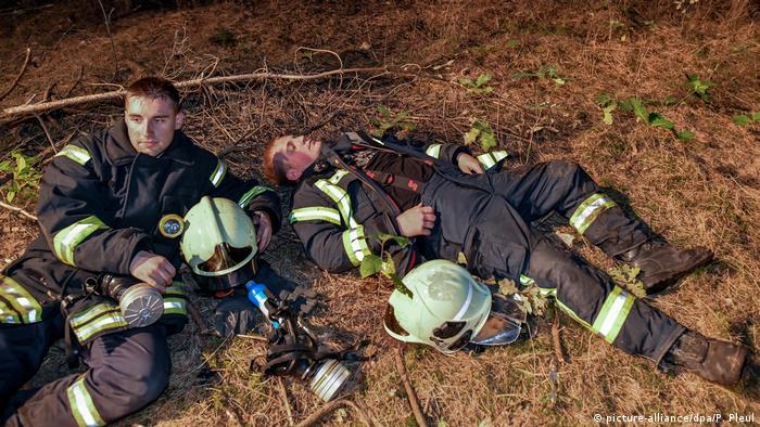 Los aproximadamente 300 bomberos de los servicios de emergencia de Brandeburgo deben cumplir una tarea agotadora, ya que no pueden dejar de combatir el fuego de los incendios forestales. Pero, de vez en cuando, también necesitan un breve descanso.
