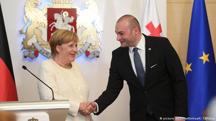 Bundeskanzlerin Angela Merkel und der georgische Ministerpräsident Mamuka Bachtadse bei ihrer Pressekonferenz in Tiflis (Foto: picture alliance/Xinhua/K. Tamuna)