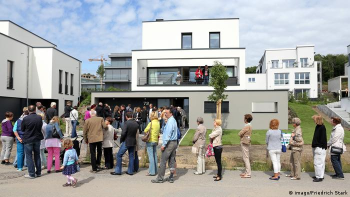 People line up to see a house in Germany (imago/Friedrich Stark)