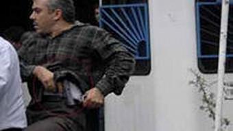 یکی از افراد لباس شخصی مسلح در تظاهرات خرداد ماه ۱۳۸۸ در تهران