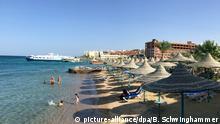 ARCHIV - Ein Hotel-Strand in Hurghada (Ägypten), aufgenommen am 22.05.2016. (zu dpa «Möglicherweise deutsche Tote bei Messerattacke in Ägypten» vom 14.07.2017) Foto: Benno Schwinghammer/dpa +++(c) dpa - Bildfunk+++   Verwendung weltweit
