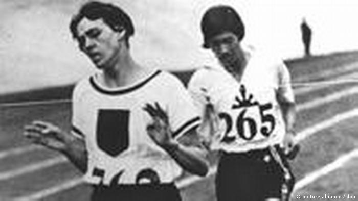 باور کردنی نیست، اما وقتی لینا راتکه اولین مدال طلای تاریخ آلمان در دو ۸۰۰ متر را بهدست آورد، نیویورک تایمز نوشت: «فینال رشته ۸۰۰ متر زنان که یک خانم آلمانی با نام لینا راتکه رکورد جهانی در آن به جای گذاشت، نشان داد که این مسافت برای قدرت بدنی زنان مناسب نیست». پس از آن این رشته برای زنان از بازیهای المپیک تا سال ۱۹۶۰ خط خورد.