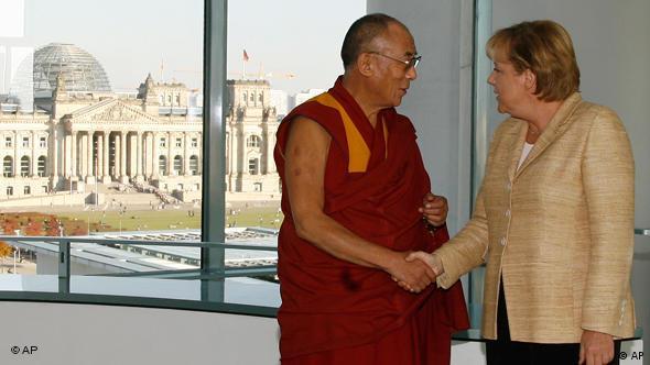 2009 traf Bundeskanzlerin den Dalai Lama im Kanzleramt. Daraufhin setzte Peking zeitweise alle Gespräche mit Deutschland aus. (Foto: AP Photo/Markus Schreiber)