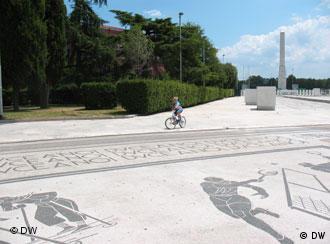 Ein Radfahrer fährt im Foro Italico, der Sportspielstätte in Rom (Foto: DW)