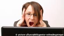 Junge Geschäftsfrau arbeitet am Notebook und rauft sich die Haare - young business woman in panic using laptop | Verwendung weltweit, Keine Weitergabe an Wiederverkäufer.