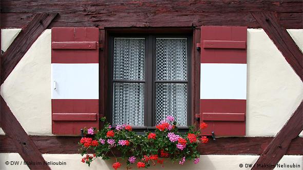 Окно в фахверковом здании секретариата