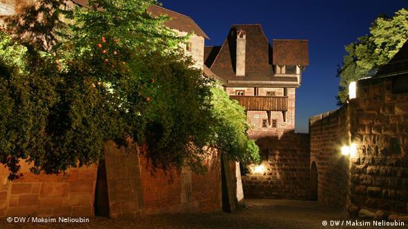 Свободная площадь (Freiung) на территории разрушенного замка Бургграфенбург. Согласно средневековым традициям, на ней могли укрываться преследуемые