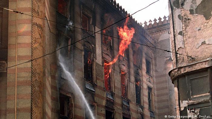 Feuer in Nationalbibliothek Bosnien und Herzegowina Vijećnica in Sarajevo 1992 (Getty Images/AFP/M. Deghati)