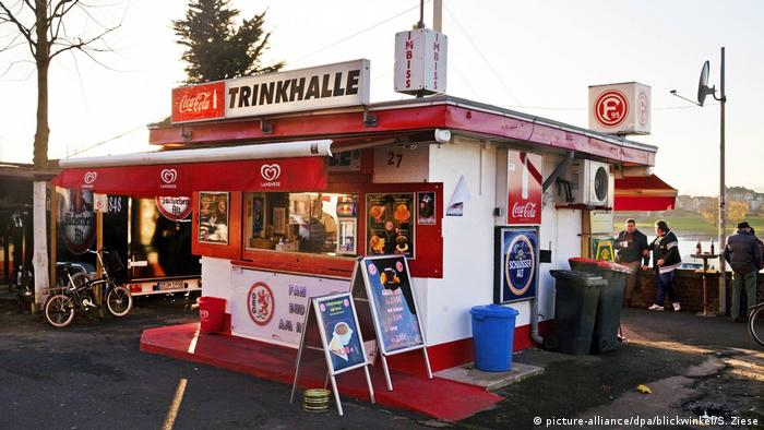 German snack bar with 'Trinkhalle' sign (picture-alliance/dpa/blickwinkel/S. Ziese)