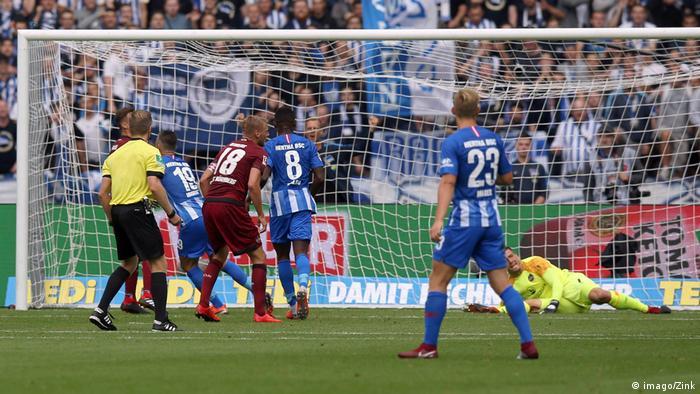 Vedad Ibisevic squeezes his effort past Nuremberg's keeper. (imago/Zink)