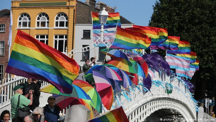 Protesters wave flags and umbrellas supporting LGBT (picture-alliance/empics/N. Carson)