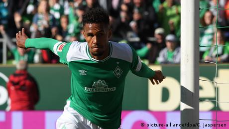 Theodor Gebre Selassie ensures Bremen get a share of the spoils against Hanover. (picture-alliance/dpa/C. Jaspersen)