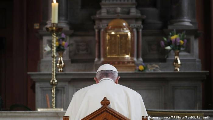 Pope Francis at altar (picture-alliance/AP Photo/Pool/S. Rellandini)