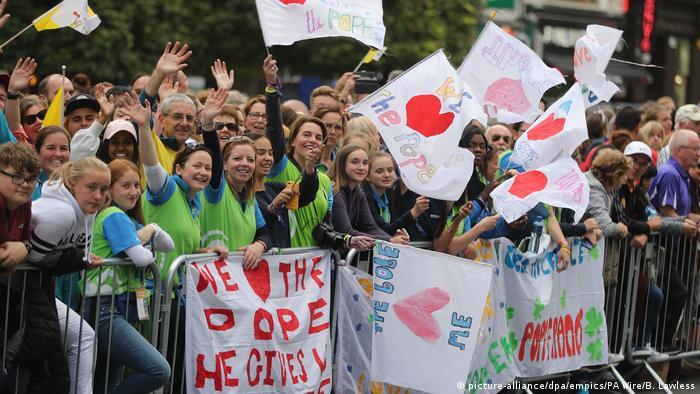 Crowds in Dublin wave as they wait to see Pope Francis (picture-alliance/dpa/empics/PA Wire/B. Lawless)