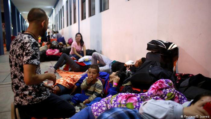 Familien warten auf dem Boden (Foto: Reuters)