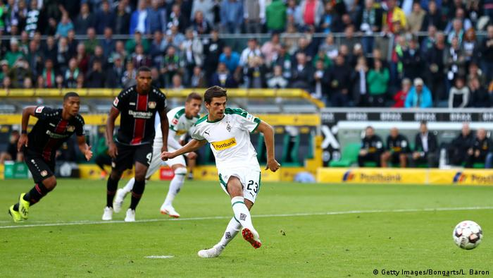 Jonas Hofmann scores from the spot for Borussia Mönchengladbach (Getty Images/Bongarts/L. Baron)