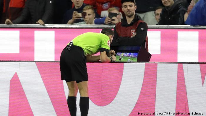 Árbitro recorre ao VAR em partida entre o Bayern de Munique e o Hoffenheim, em 2018