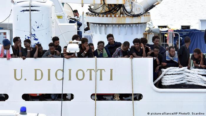 Беженцы на борту корабля итальянской береговой охраны Diciotti