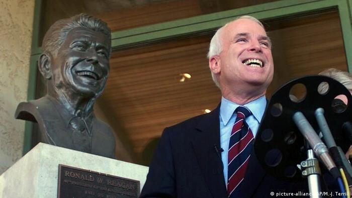 US Senator John McCain with a bust of Ronald Reagan (picture-alliance/AP/M.-J. Terrill)