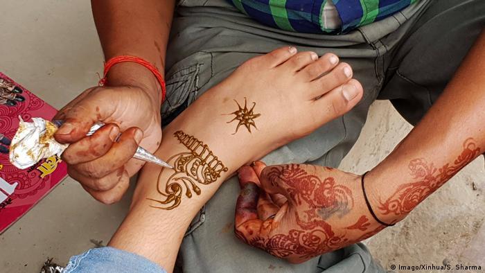 A girl gets a henna tattoo ( (Foto: Imago/Xinhua/S. Sharma).