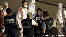 Italien Migranten verlassen Diciotti Rettungsschiff