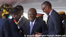 26.08.2018, Simbabwe, Harare Zimbabwean President Emmerson Mnangagwa talks to South African President Cyrill Ramaphosa, centre, with Rwanda President Paul Kagame, right, during his inauguration ceremony at the National Sports Stadium in Harare, Sunday, Aug. 26, 2018. The Constitutional Court upheld Mnangagwa's narrow election win Friday, saying the opposition did not provide sufficient and credible evidence to back vote- rigging claims.(AP Photo/Tsvangirayi Mukwazhi)  