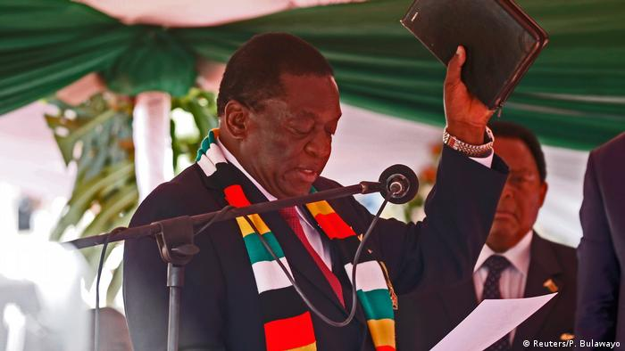 Zimabwean President Emmerson Mnangagwa being sworn in (Reuters/P. Bulawayo)