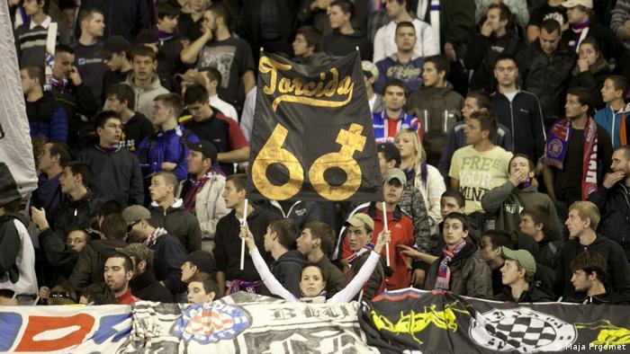 Navijačica Hajduka koji drži transparent Torcide