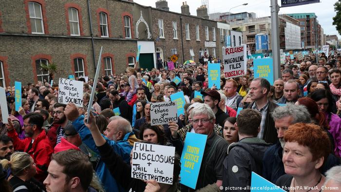Protesters take part in a solidarity march with church abuse survivors in Dublin, Ireland (picture-alliance/dpa/AP Photo/PA Wire/A. Chrown)