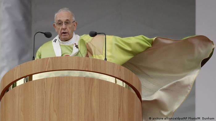 Pope Francis celebrates the Holy Mass at the Phoenix Park, in Dublin, Ireland (picture-alliance/dpa/AP Photo/M. Dunham)