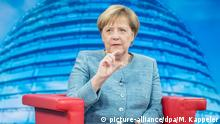 26.08.2018, Berlin: Bundeskanzlerin Angela Merkel (CDU) spricht vor Beginn der Aufzeichnung der ARD-Sendung Bericht aus Berlin, dem traditionellen Sommerinterview der ARD, mit Tina Hassel, Studioleiterin des ARD-Hauptstadtstudios. Foto: Michael Kappeler/dpa +++ dpa-Bildfunk +++ | Verwendung weltweit