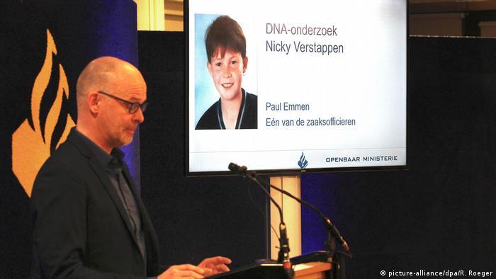 Der Chef der Polizei Limburg, Joep Pattijn, spricht 2018 in Maastricht (Niederlande) vor dem Bild des Nicky Verstappenn