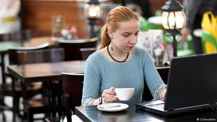 Symbolbild | Frau mit Laptop im Cafe