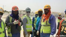 Workers out at work on a project by the road in the banned work hours between 11:30 and 3pm Stichwort: Fragwürdige Arbeitsbedingungen in Qatar Copyright: Anchal Vohra, DW, Qatar, August 2018